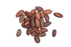 Unpeeled cacaoboon op witte achtergrondclose-up hoogste mening die wordt geïsoleerd Royalty-vrije Stock Afbeelding
