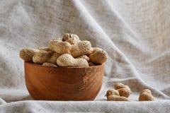 Unpeeled pistacje w ceramicznym pucharu zbliżeniu, selekcyjna ostrość zdjęcie royalty free