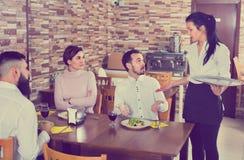 Unpleasedcliënt die met manager in restaurant spreken royalty-vrije stock afbeeldingen
