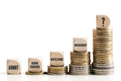 Unproportional inkomstskillnader mellan rikt och fattigt royaltyfri foto