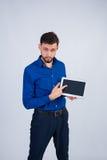 Unrasierter Mann, der Tablettenschirm zeigt Lizenzfreies Stockfoto