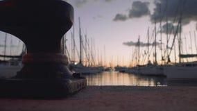 unreally美好的日落看法在从码头的小游艇船坞有在focuse的系船柱的在前景 股票录像