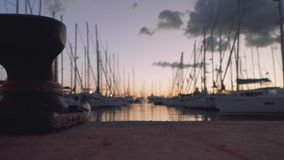 unreally美好的日落看法在从码头的小游艇船坞有在focuse的系船柱的在前景 股票视频