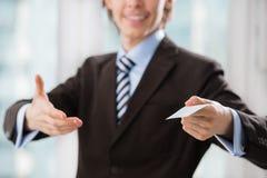 Unrecognisable bedrijfsmens die een leeg adreskaartje houden royalty-vrije stock afbeelding
