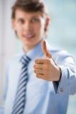 Unrecognisable bedrijfsmens met duimen op gebaar stock afbeeldingen