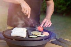 Unrecognisable mężczyzna używa elektrycznego grilla Ogrodowy grilla przyjęcie, lato grill Obraz Royalty Free