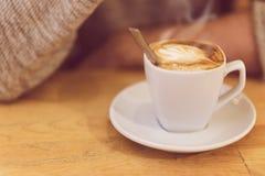Unrecognisable man som dricker kaffe och har frukosten Royaltyfri Foto
