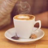 Unrecognisable man som dricker kaffe och har frukosten Royaltyfri Bild