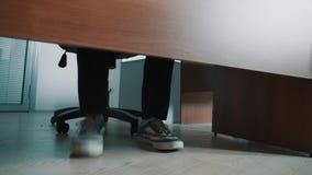 Unrecognisablebeambte die benen in tennisschoenen stampen in het kader van lijst stock videobeelden