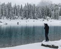 Unrecognizable άτομο που στέκεται σε έναν βράχο που παίρνει τις εικόνες στοκ εικόνες με δικαίωμα ελεύθερης χρήσης