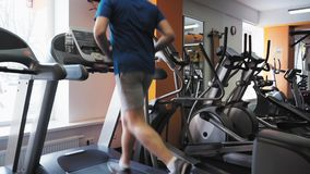 Unrecognizable άτομο που τρέχει treadmill στο στούντιο ικανότητας Απόμακρη πιθανότητα κλίσης απόθεμα βίντεο