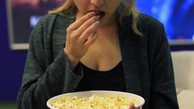Unrecognizable γυναίκα που τρώει popcorn στον κινηματογράφο απόθεμα βίντεο