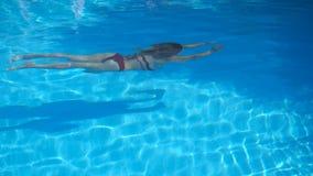 Unrecognizable γυναίκα στο μαγιό που κολυμπά κάτω από το νερό στη λίμνη με το κρύσταλλο - καθαρίστε το νερό Χαλάρωση νέων κοριτσι φιλμ μικρού μήκους