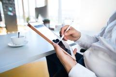 Unrecognizable επιχειρηματίας στο γραφείο του που λειτουργεί στην ταμπλέτα Στοκ εικόνες με δικαίωμα ελεύθερης χρήσης
