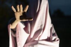 Unrecognizable μανιακή δολοφονία στο άσπρο κενό φύλλο στη νύχτα δασικό φ στοκ εικόνες