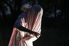 Unrecognizable μανιακή δολοφονία στο άσπρο κενό φύλλο στη νύχτα δασικό φ στοκ φωτογραφία με δικαίωμα ελεύθερης χρήσης