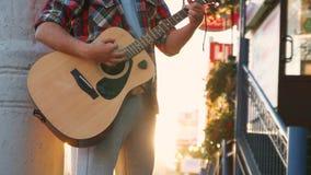 Unrecognizable μουσικός οδών ατόμων στην κιθάρα παιχνιδιού πουκάμισων στο ηλιοβασίλεμα απόθεμα βίντεο