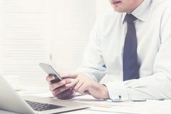 Unrecognizable νέος επιχειρηματίας με ένα τηλέφωνο Στοκ φωτογραφίες με δικαίωμα ελεύθερης χρήσης