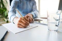 Unrecognizable νέος επιχειρηματίας στο γραφείο του Στοκ Εικόνα