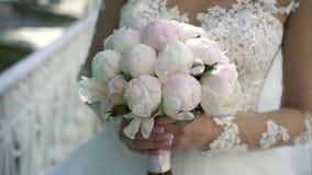 Unrecognizable νύφη με την ανθοδέσμη απόθεμα βίντεο