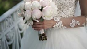 Unrecognizable νύφη με την ανθοδέσμη φιλμ μικρού μήκους