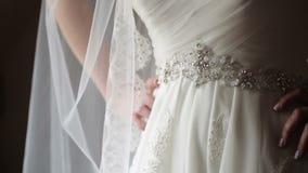 Unrecognizable νύφη που μένει κοντά στο παράθυρο φιλμ μικρού μήκους
