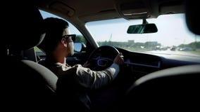 Unrecognizable οδηγώντας αυτοκίνητο τύπων απόθεμα βίντεο