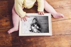 Unrecognizable οικογενειακή φωτογραφία εκμετάλλευσης μωρών Ημέρα πατέρων Στοκ Εικόνες