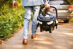 Unrecognizable πατέρας με το μικρό μωρό του που πηγαίνει στο αυτοκίνητο Στοκ φωτογραφία με δικαίωμα ελεύθερης χρήσης