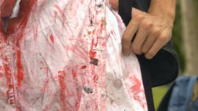 Unrecognizable πρόσωπο στα αιματηρά ενδύματα, αποκριές, zombie απόθεμα βίντεο