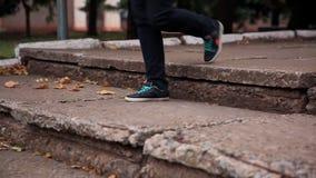 Unrecognizable πόδια γυναικών που περπατούν κάτω από τα σκαλοπάτια απόθεμα βίντεο