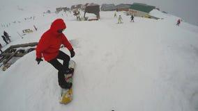Unrecognizable σκιέρ FPV που κάνει σκι κάτω από την κλίση Άποψη των snowboarders και άλλων σκιέρ στην κλίση, έτοιμη να κατεβεί φιλμ μικρού μήκους