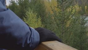 Unrecognizable στάση ατόμων στο μέρος στην όμορφη όχθη ποταμού βουνών θέσεων φιλμ μικρού μήκους