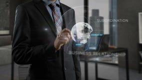 Unrecognizable χρησιμοποίηση επιχειρηματιών έξυπνη - τηλέφωνο και εργασία με τη σε απευθείας σύνδεση ολογραφική προβολή διανυσματική απεικόνιση