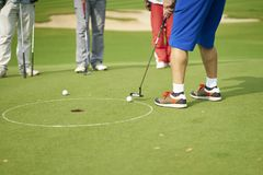 Unrecognizable azjatykci mężczyzna kładzenie na zieleni w polu golfowym Obrazy Stock