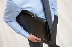 Unrecognizable biznesmen trzyma czarną teczkę Fotografia Stock