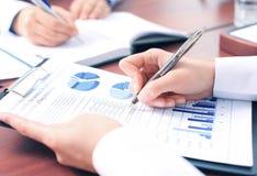 Unrecognizable biznesowa osoba analizuje wykresy Zdjęcie Stock