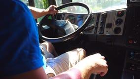 Unrecognizable ciężarówka kierowcy jeżdżenie na miasto drodze przy słonecznym dniem Mężczyzna kontroluje jego miejsce przeznaczen zdjęcie wideo