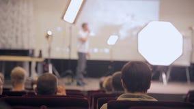 Unrecognizable jawnej widowni słuchająca prezentacja Mówca przedstawia produkty na scenie Biznesowy traning zdjęcie wideo