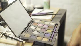 Unrecognizable kobieta dostaje przygotowywający używać makeup zestaw zbiory
