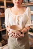 Unrecognizable kobiety mienia pusty puchar, pustka zdjęcie stock