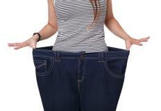 Unrecognizable kobiety półpostać, pokazuje dieta rezultaty odizolowywających na bielu Obraz Stock