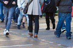 Unrecognizable Leute, welche die Straße kreuzen Lizenzfreie Stockfotografie