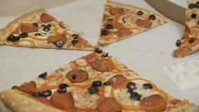 Unrecognizable ludzie bierze pizzę zdjęcie wideo