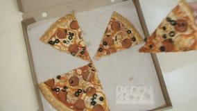 Unrecognizable ludzie bierze pizzę zbiory