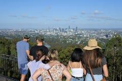 Unrecognizable ludzie patrzeje Brisbane miasta krajobraz zdjęcie stock
