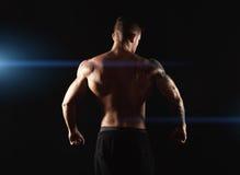 Unrecognizable mężczyzna pokazuje silnego tylnych mięśni zbliżenie Fotografia Royalty Free