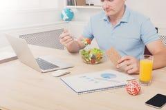 Unrecognizable mężczyzna zdrowego biznesowego lunch w nowożytnym biurowym wnętrzu zdjęcia stock