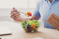 Unrecognizable mężczyzna zdrowego biznesowego lunch w nowożytnym biurze ja obrazy stock