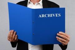 Unrecognizable m??czyzny czytanie archiwizuje falc?wk? ilustracji
